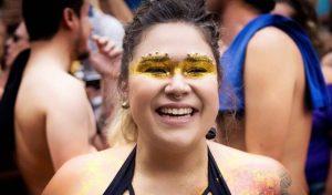 Segura o brilho: 10 formas de aplicar glitter na sua maquiagem de Carnaval